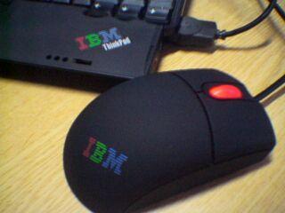 IBMのロゴの入ったホイールが赤く光るマウス